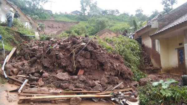 Indonesia Landslide Deathtoll Rises from Buried First Responders